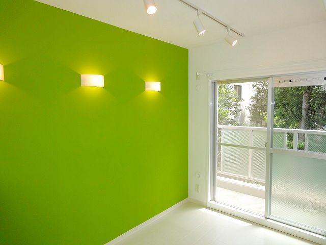床は白、壁はライムグリーン!しかも間接照明3灯付! もはや別の部屋ですね。